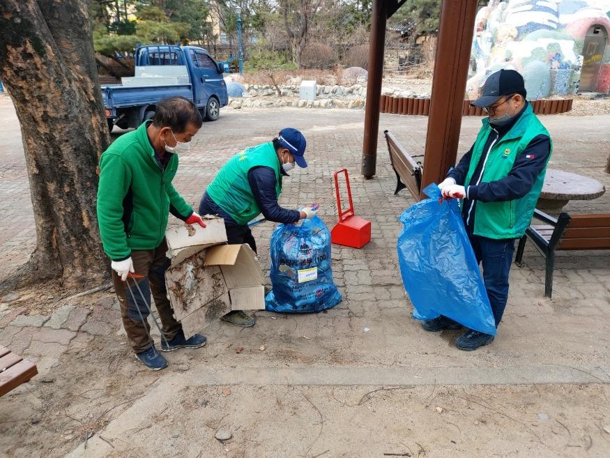 봉산동 새마을지도자회 태극기 게양 및 환경정화 (2).jpg